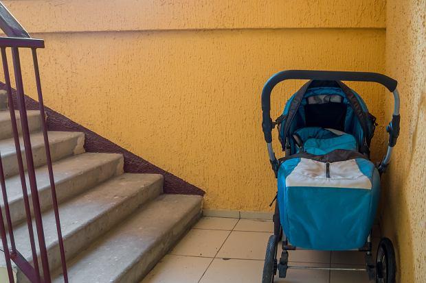 """""""Życzliwi"""" sąsiedzi zostawili w wózku dziecka psią kupę. Można trzymać wózek na klatce schodowej?"""