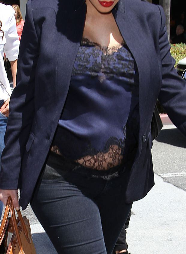 April 18, 2013: A pregnant Kim Kardashian wears a belly shirt to lunch with her friends in Beverly Hills, California today. Mandatory Credit: INFphoto.com Ref: infusla-259|sp|