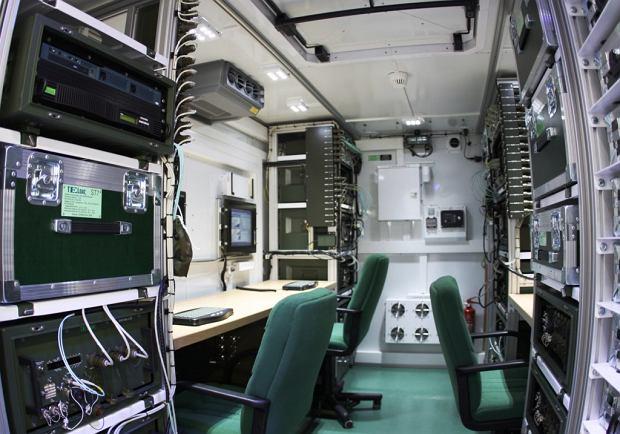 Wnętrze kontenera z węzłem teleinformatycznym