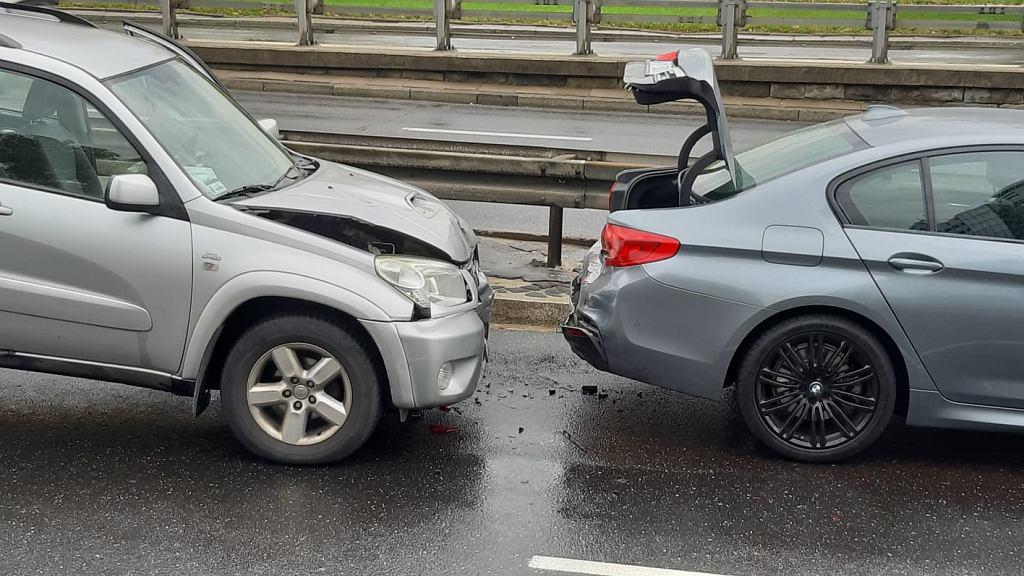 23.10.2020. Kolizja na Trasie Łazienkowskiej, niedaleko metra Politechnika. Zderzyły się trzy samochody.