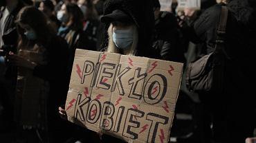 Protesty kobiet trwają w całej Polsce. Co można, a czego nie podczas demonstracji i jak się do niej przygotować?