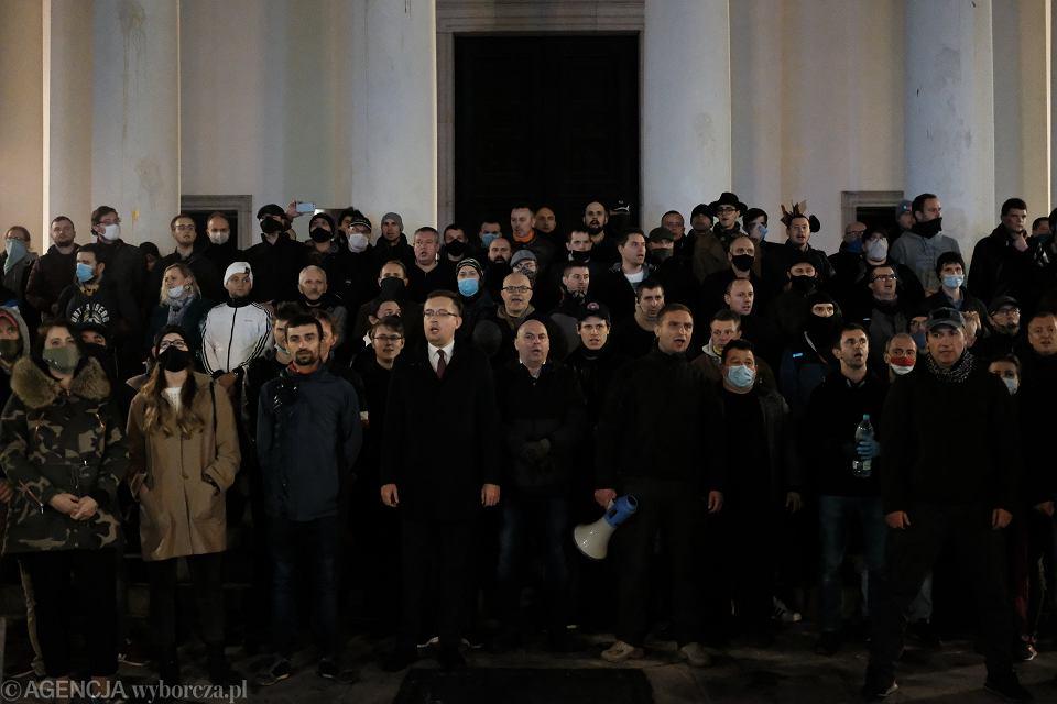 Narodowcy blokują wejście do kościoła pw. św. Aleksandra podczas Strajku Kobiet w Warszawie. Na zdjęciu widoczni: Robert Winnicki (L) i Robert Bąkiewicz (P)