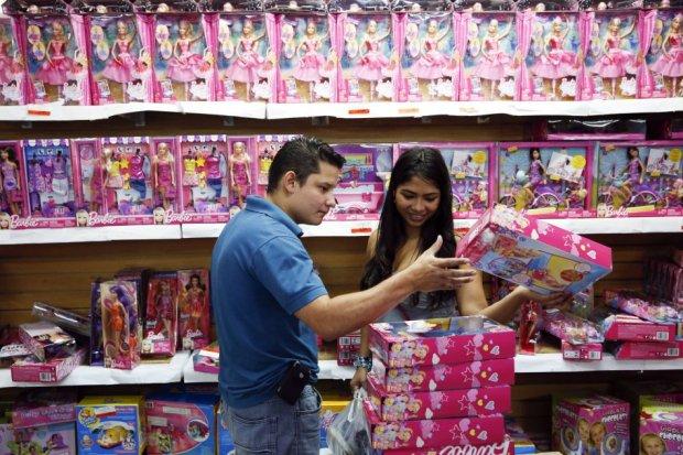 """Prezydent każe, sklepikarze muszą. Rząd tnie ceny zabawek, komputerów i odzieży. W Wenezueli startuje operacja """"Wesołych Świąt"""""""
