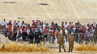 Syryjscy uchodźcy czekają na pozwolenie przekroczenia granicy z Turcją, 5 maja 2015