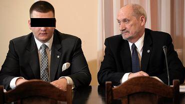 Były rzecznik Ministerstwa Obrony Narodowej Bartłomiej M. i Antoni Macierewicz, 2016 r.