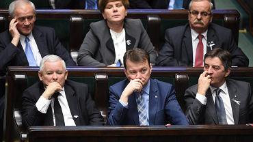Sejm. Akcja - 16 dni przeciwko przemocy wobec kobiet - Biała wstążka w kalpie poselskich marynarek