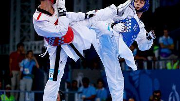 Karol Robak (czerwony) w finałowej walce do 68 kg w teakwondo Igrzysk Europejskich w Baku
