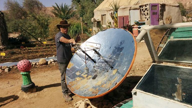 Na pustyni wystarczy talerz anteny satelitarnej oklejony folią aluminiową, by wiązkę siana zapalić w minutę