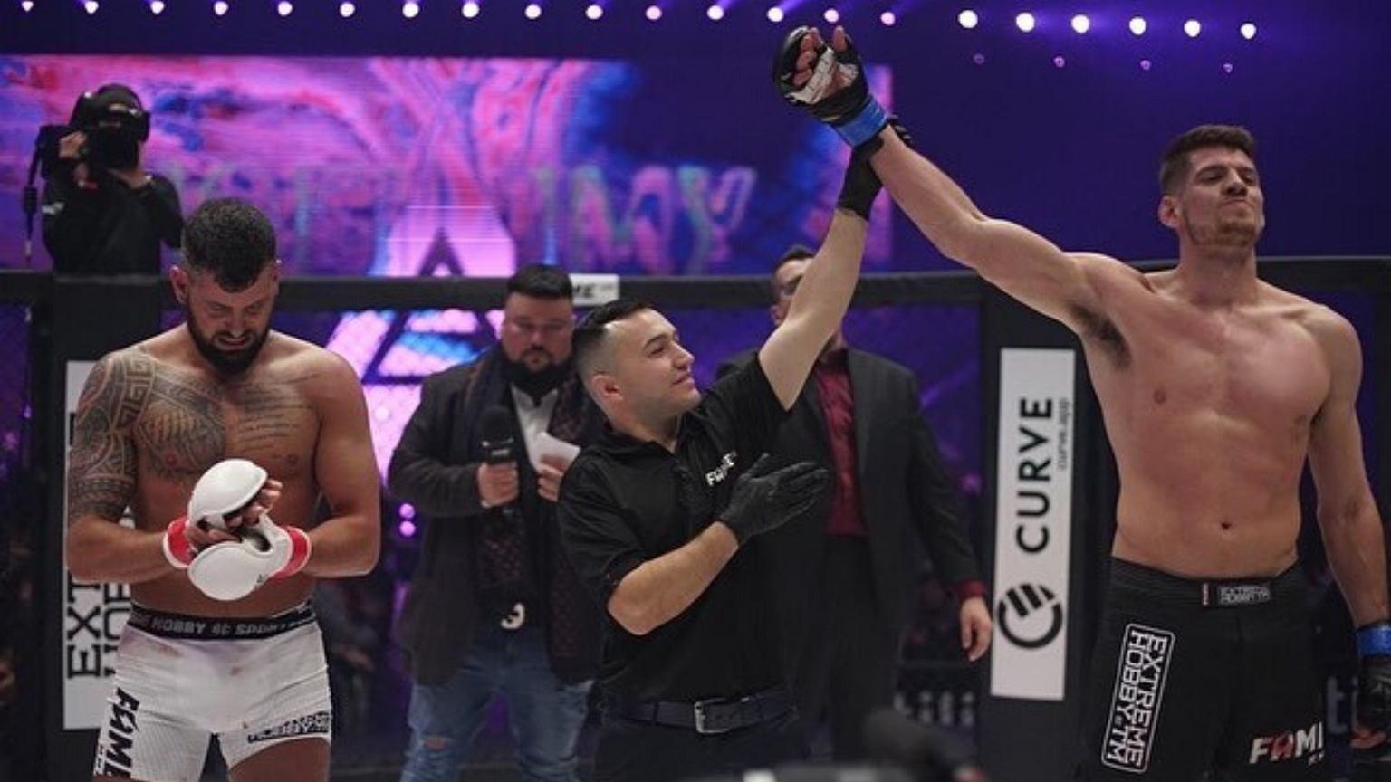 Wojtek Gola przegrał walkę w 2. rundzie podczas gali FAME MMA UK. Padł po gradzie ciosów. Polała się krew