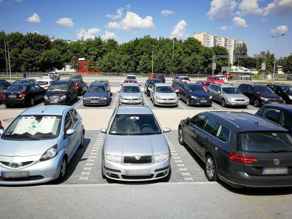 76-letni mężczyzna nie mógł znaleźć miejsca parkingowego. Wyładował swoją frustrację na autach [zdjęcie ilustracyjne]