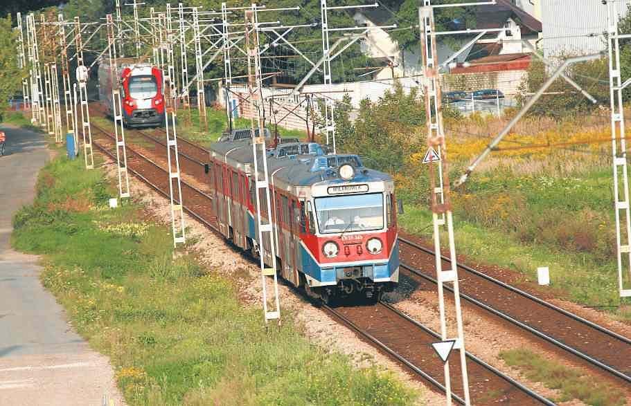 Na zdjęciu nowy i stary pociąg WKD. Ten drugi typ ma być wycofany najpóźniej za dwa lata. Kolejka przewozi teraz codziennie ponad 25 tys. pasażerów