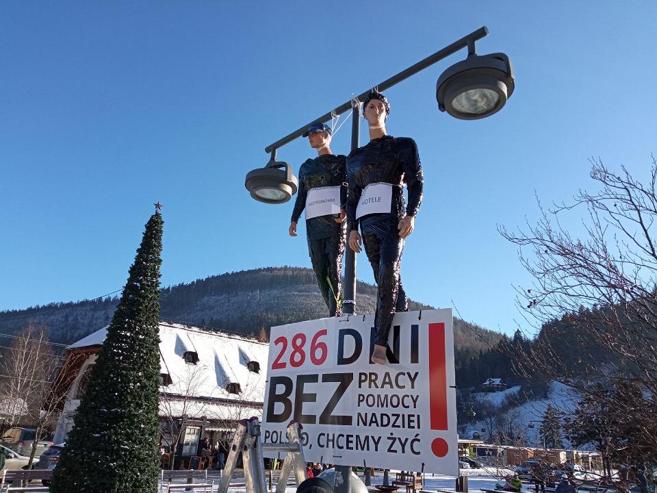 Powieszone na latarni w Szczyrku kukły hotelarza i restauratora symbolizują śmierć tych branż
