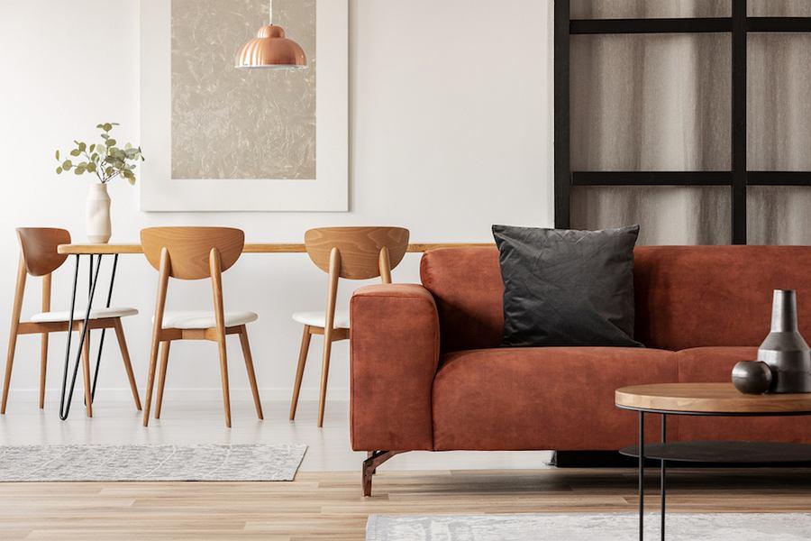 Nowoczesna forma giętych krzeseł z drewna