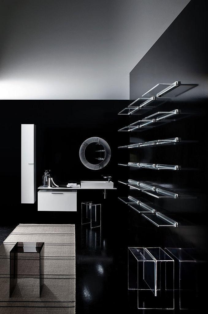 Oświetlenie w czarnej łazience