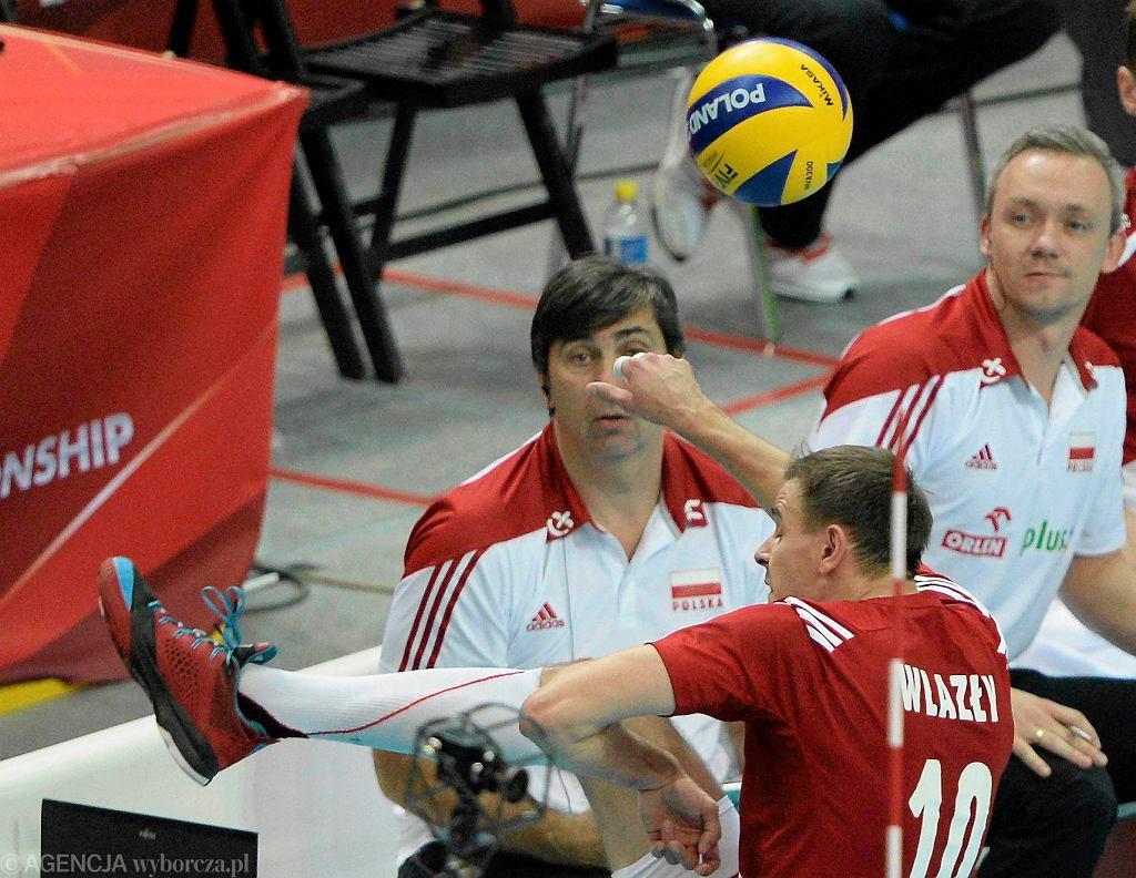 Mariusz Wlazły podbija piłkę nogą, ratując Polaków w drugim secie!