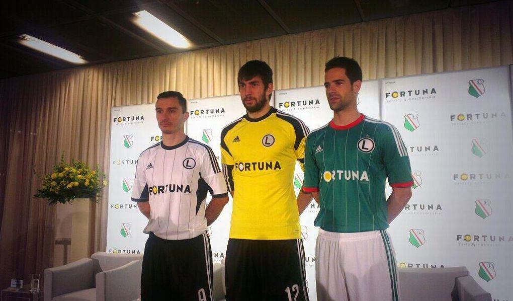 Marek Saganowski, Duszan Kuciak i Inaki Astiz prezentują koszulki z logo nowego sponsora - Fortuny