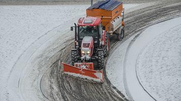 Śnieg, zawieje i zamiecie w całym kraju. Na drogach ponad 1000 pługopiaskarek