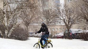 Takiej pogody dawno w Częstochowie nie było. Mamy wszystko na raz: silny mróz, obfity śnieg, zawieje. Dlatego poniedziałek, 8 lutego pod tym względem zapamiętamy na dłużej, chociaż - jak ostrzegają meteorolodzy - zima nie powiedziała jeszcze ostatniego słowa. W oczekiwaniu co będzie dalej, zobaczcie na zdjęciach, jak wyglądał poniedziałek na częstochowskich ulicach i osiedlach.