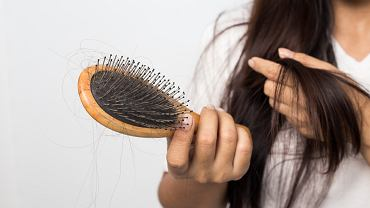 Najczęstsze problemy włosowe świeżo upieczonych mam. Czy można im jakoś zapobiec?