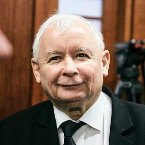 """Kaczyński daje """"500++"""". Tak niemoc PiS i niewiara wyborców przybliżają mu kolejną wygraną"""