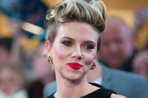 <b>2. Scarlett Johansson - 35,5 mln dolarów</b><br/>Finansom Scarlett nie zaszkodziła nawet przerwa z powodu urodzenia pierwszego dziecka. Na dodatek występami w drugiej części 'Avengers' i filmie 'Lucy' ugruntowała swoją pozycję kobiecej gwiazdy kina akcji. Za swoją kolejną rolę w filmie 'Ghost in the Shell' dostanie aż 17,5 mln dolarów. Jest też twarzą marki Dolce & Gabbana.