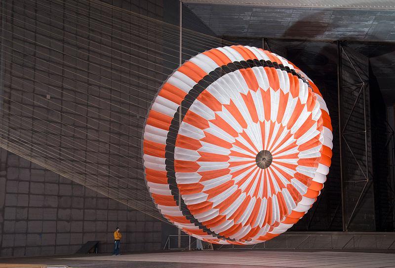 Prototyp spadochronu dla Perseverance podczas testów w wielkim tunelu aerodynamicznym