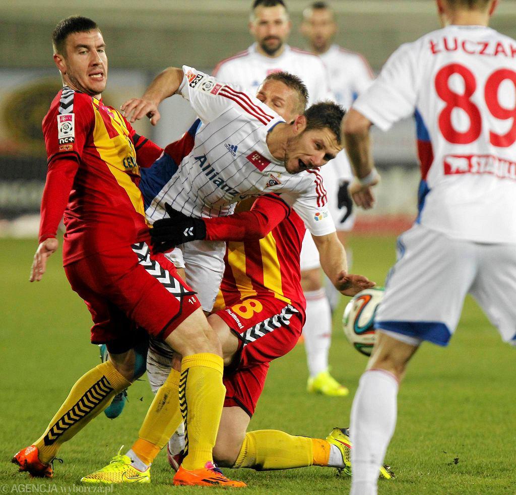 O piłkę podczas meczu z Górnikiem Zabrze walczy Aleksandrs Fertovs