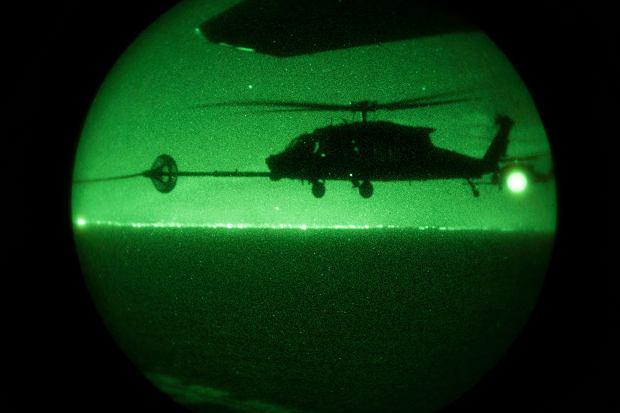 Tankowanie w locie w ciemności śmigłowca z 160. SOAR. Nad Pakistanem coś takiego nie było możliwe