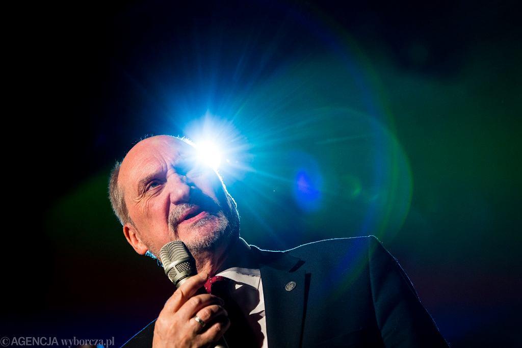 Minister obrony w rządzie PiS Antoni Macierewicz podczas Koncertu Galowego 'W hołdzie Żołnierzom Wyklętym'. Kraków, 28 lutego 2016