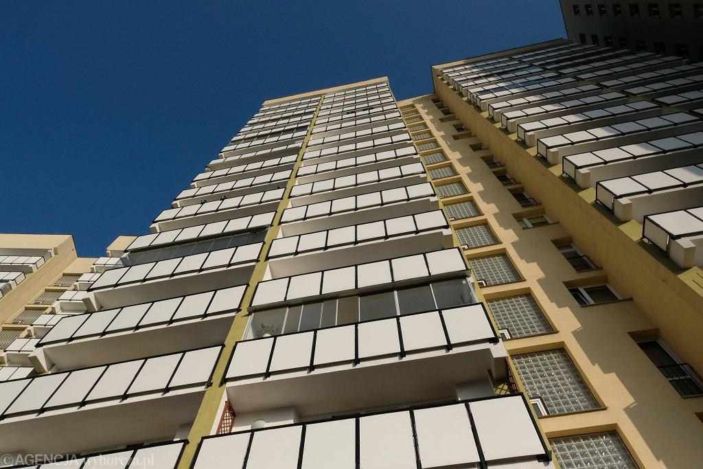 Katowice. Chłopiec wychylał się z balkonu na 6 piętrze, rodziców nie było