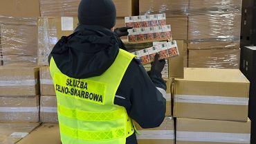 Przemyt 20 tys. paczek papierosów udaremnili funkcjonariusze Krajowej Administracji Skarbowej (KAS) z kolejowego przejścia granicznego w Siemianówce. Kontrabanda ukryta była w jednym z wagonów pociągu towarowego wjeżdżającego do Polski z Białorusi