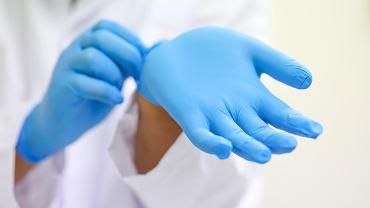 Jak poprawnie zdejmować rękawiczki jednorazowe?