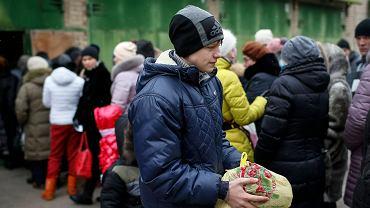 Uchodźcy ze wschodniej Ukrainy w kolejce po żywność w Słowiańsaku