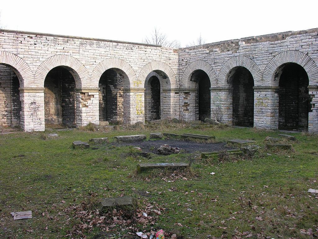 Dziedziniec mauzoleum w Wałbrzychu,
