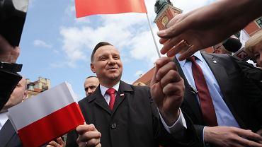 Prezydent Andrzej Duda podczas uroczystości podniesienia flagi na Zamku Królewskim. Święto Flagi, 2 maja 2017