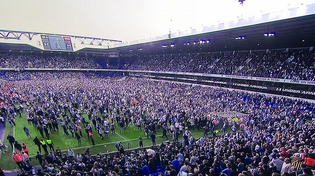 Kibice Tottenhamu wtargnęli na murawę White Hart Lane