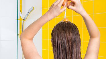 Przygotuj jajka i oliwę. To najlepszy sposób na miękkie i gładkie włosy