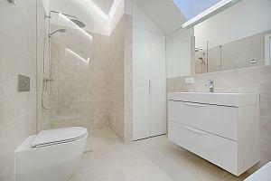 Czysta przestrzeń w łazience - jak ją urządzić? Rozwiązania, które odmienią wnętrze
