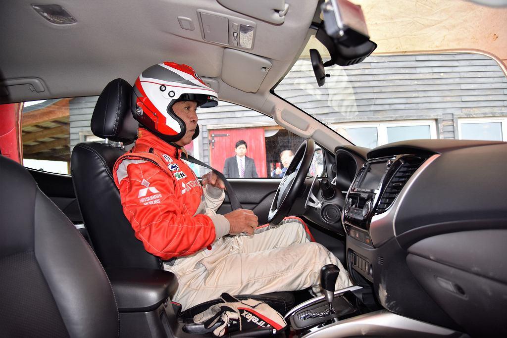 Hiroshi Masuoka, kierowca rajdowy od 1987 roku związany z Mitsubishi Motors, ikona rajdu Dakar, jego dwukrotny zwycięzca i 21-krotny uczestnik.