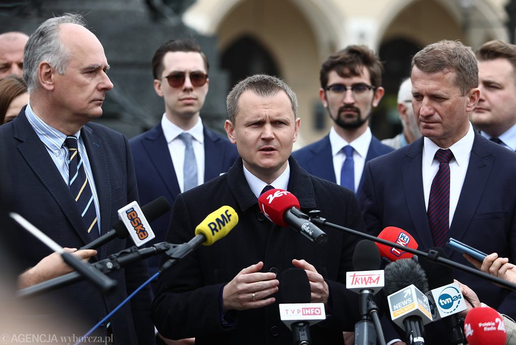 Paweł Zalewski (l) , Wojciech Krzysztonek (c) i Ireneusz Ras (p) podczas konferencji prasowej w Krakowie