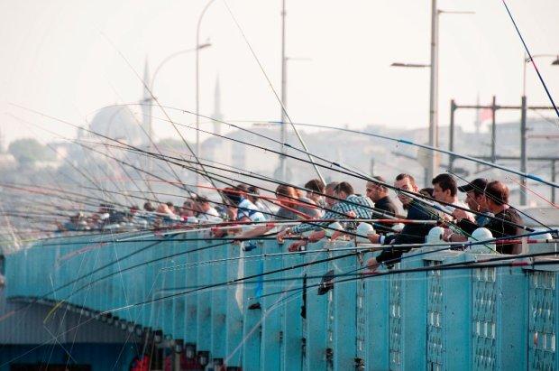 Na przecinającym Złoty Róg moście Galata roi się od turystów i miejscowych. Ci ostatni okupują barierki, łowiąc ryby - głównie dla przyjemności.