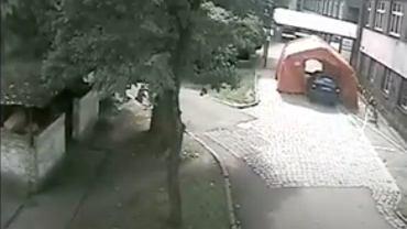 Bytów, kierowca wjechał namiot służący do tirażu przed Szpitalem Powiatu Bytowskiego. Źródło: Youtube