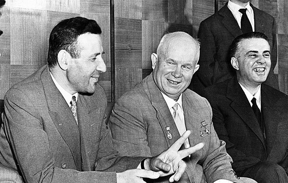 Nikita Chruszczow (w środku) rozmawia z premierem Mehmetem Shehu (z lewej) i Enverem Hoxhą. Tirana, maj 1959 r.