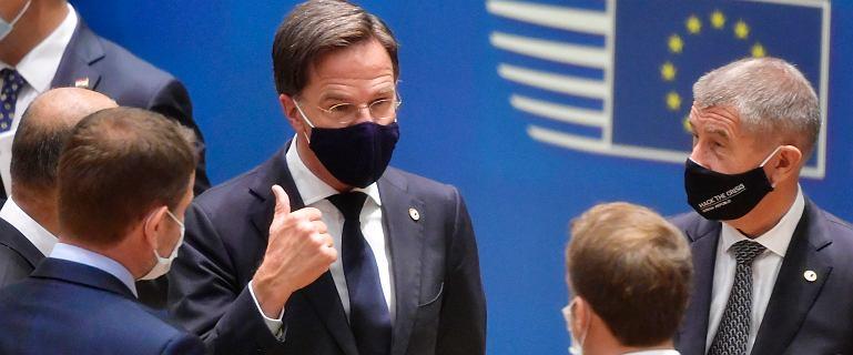 """Premier Holandii do kibiców: """"Po prostu się zamknijcie!"""". Kraj szykuje się na drugą falę zakażeń i zabrania krzyków na stadionach"""