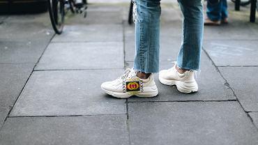 Jak nosić jeansy jesienią?