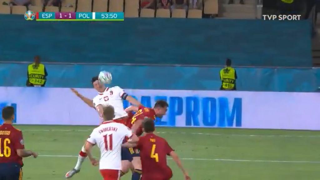 Robert Lewandowski strzela w meczu z Hiszpanią. Źródło: TWitter