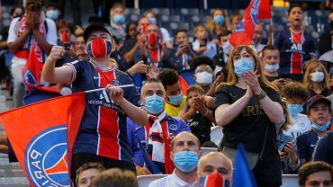 Fani PSG oglądają finał Ligi Mistrzów - na telebimie ustawionym na murawie stadionu Parc des Princes. Paryż, 23 sierpnia 2020