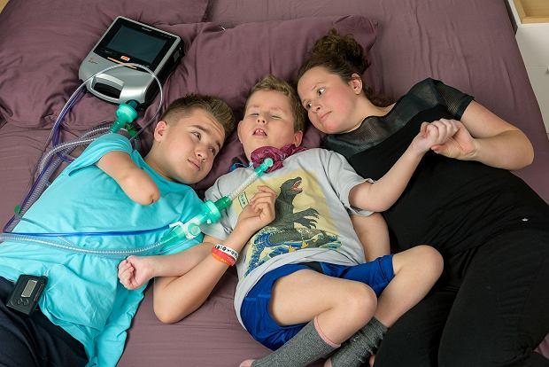 Mają troje dzieci, a każde przewlekle chore na coś innego. Jak radzą sobie z codziennym życiem w Polsce? [FOTOREPORTAŻ]