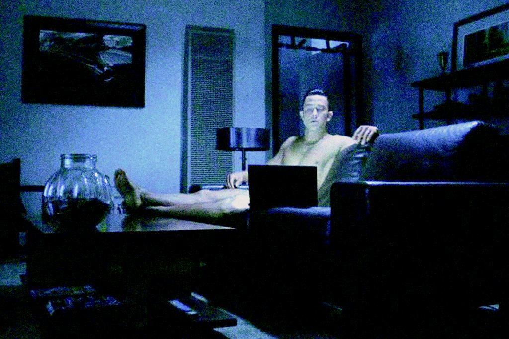 Tytułowy 'Don Jon' ma na koncie liczne podboje, jednak pełną satysfakcję osiąga samotnie, oglądając porno.
