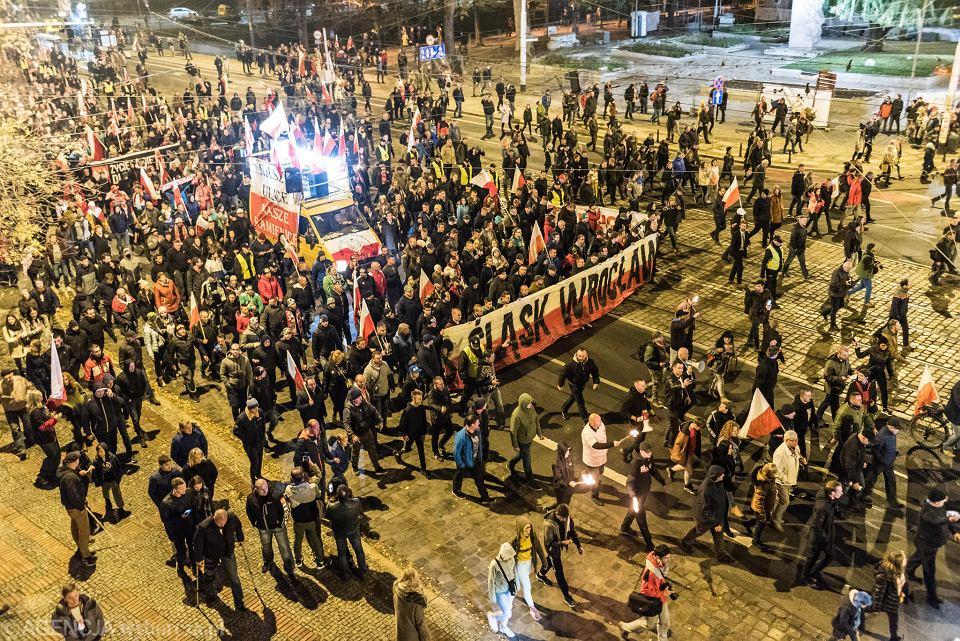 Skrajni prawicowcy, kibole, rodziny z dziećmi - ok 10 tys. osób maszeruje w zorganizowanym przez narodowców 'Marszu Polski Niepodległej'. Wrocław, 11 listopada 2018